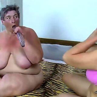 Grasă lesbiene bunicuță share a vibrator