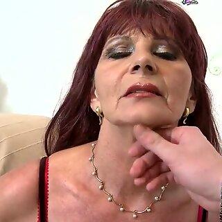 顽皮熟女母亲吮吸你的♥