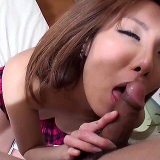 Yuna Hirose expõe suas peludas cona e é fodida