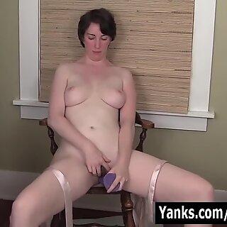 Milf Inara fode um vibrador para o orgasmo