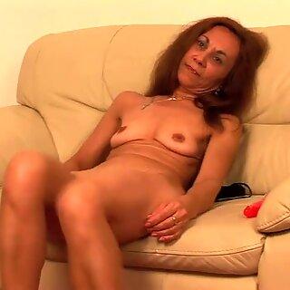 Old Europeias vagabunda esfregança no sofá