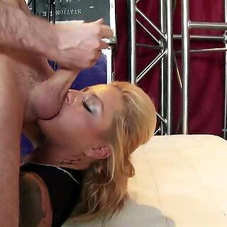 Britney Shannon holder knapt hele tingen i hennes Munn