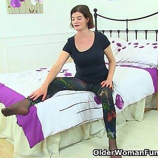Reino Unido Milf Clara Hewitt Dildos Sus peludas y coño nyloned