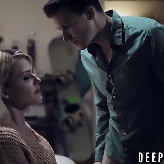 Stepmom Kit Mercer ajuda o filho com sua ereção latejante