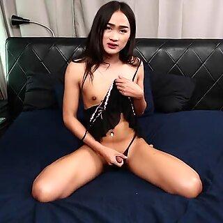 Lingerie ladyboy suavemente uma masturbar sua pixa