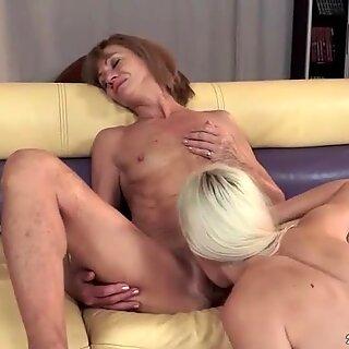 ホットおばあちゃんとセクシーな若いブロンドはレズビアンを楽しんでいます