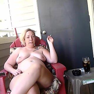 MILF fala sobre como ela embarcou Fumar