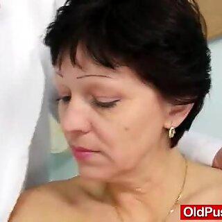 Unshaven主婦evaはgynodoc fuck holeinspecを訪問します