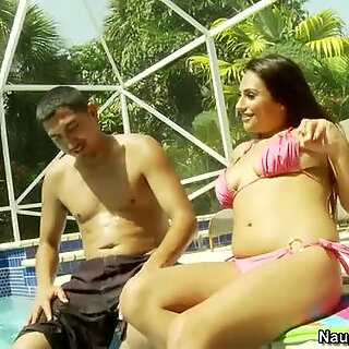 Pelacur kasar Rikki Nyx menyertai lelaki itu untuk berjemur di dekat kolam renang