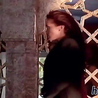 两个狡诈的女人鞭打对方荡妇