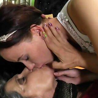 Old Babička zřídí mladou Dívku do Lesbičky