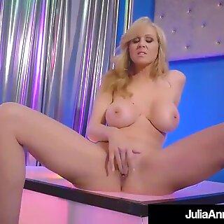 Stripper Milf Julia Ann desliza para cima e para baixo seu pólo todas as nuas!
