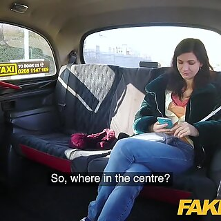 Falske drosje heldig drivere kuk fyller sexy passasjerer stramt rosa fitte