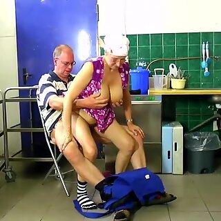 Putzfrau in der Kueche Fodidas