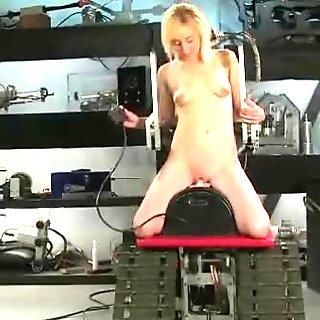 少女与小乳房覆盖着油骑电动玩具gettin