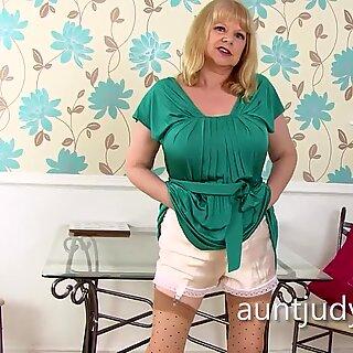 Amanda Degas se masturba para Auntjudys.com