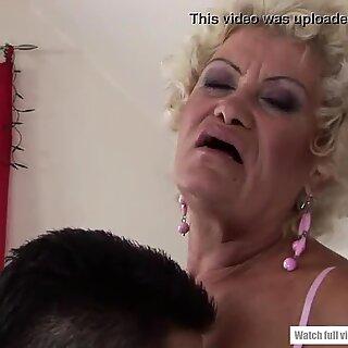 Effie舔肛门和骑乘凿子