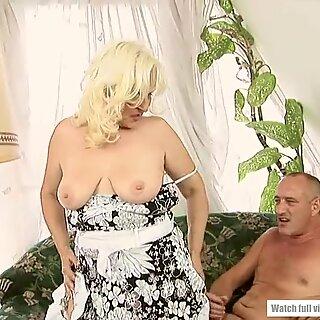 Maduras Marianne geme e esguichos em prazer