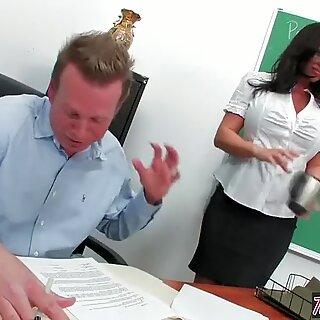 Twistys - Tlusté klepadlo Lecturer Kerry Louise potřebuje nějaký Čurák