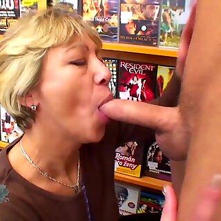 Niania lubi uprawiać seks z Chłopcy!