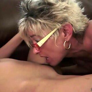 Penn brunette elsker blond beste på sofaen