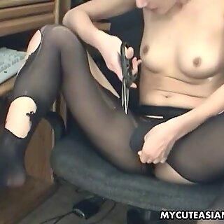 Asiático Rasca corta sua meia e brinquedo se masturba