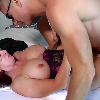 Curvas Madre con Tetas Grandes rompió por su amante más joven.