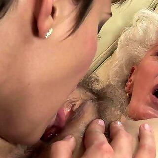 性感的浅黑肤色的男人研在老夫人脸上滴下