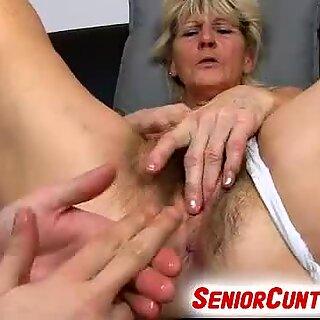 Old Beard Vagina van Oma Hana Gevingerd met 3 vingers
