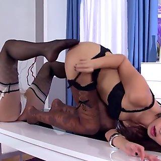 Vixenx - lésbicas sexy em lingerie e meias beijar e lambendo