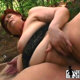 A avózinha Tamara enlouquecida por sexo suga a pixa dura e é fodida no parque