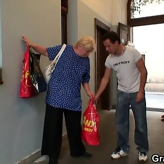 Seduce ligeramente a la vieja abuela