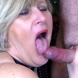 Moden Step Mor gir lang slurvete suger og belønnes med Munnfull of Sæd