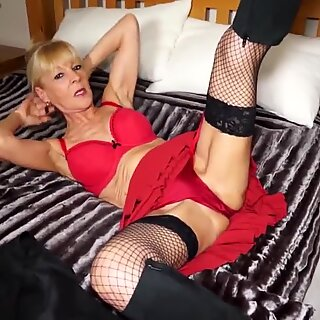 Sexy besta i rød med sulten gammel kule