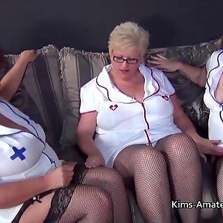 Trzy babcie w Puszste w strojach pielęgniarek