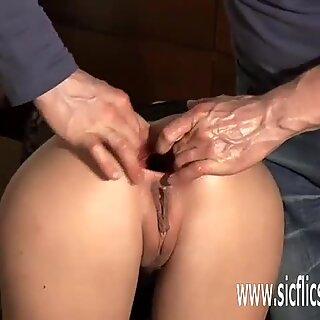 Fisting jeho přítelkyně roztahování zadek hole