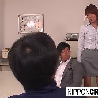 Atordoador de japonesas tem três vias na sala da professora