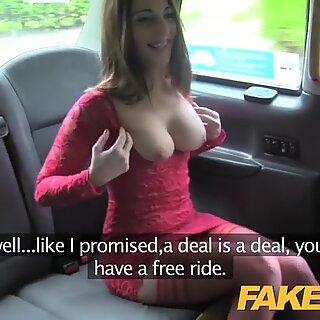 Faketaxi hot tenåring i rød kjole og strømper