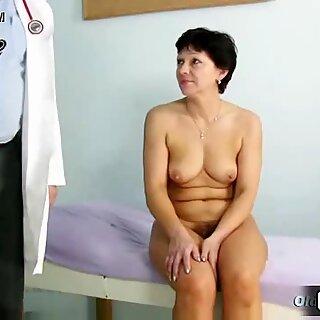 Maduras Woman EVA visita a Gyno Doctor para obtener Gyno Maduras