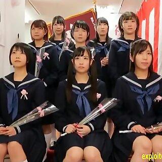 Nữ sinh Nhật Bản đã kết hợp với nhau và có một tình yêu có thể là ngay tại trường.