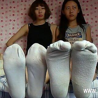 2 Japanse dames onder sneakers