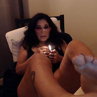 Maduras Mãe fuma dois ao mesmo tempo com o Big Pés Toe Chupando