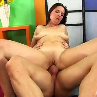 熱いブルネット母スサンニュは彼女の喜びの巨大なマジーを吸う