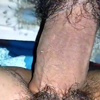 Surya porra quente esposa inserir dedos peludas cona