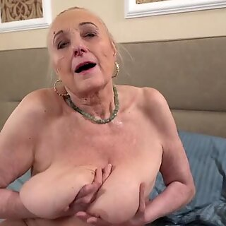 Avózinha com boobs grandes