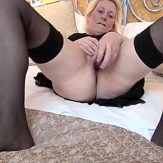 Sexy Británico Madre obtiene su coño todo Mojado