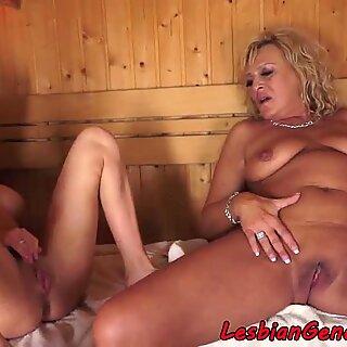 Vollbusige Gilf Pussylick in Spa mit Teenie Baby