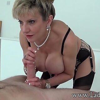 Aftrekken flikker Lady Sonia heeft weer een lust voor het oog
