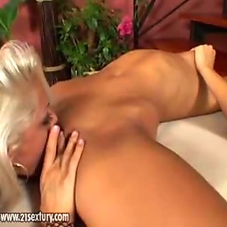 Horny whote chick Vega Vixen enjoys a warm lick on her fresly shaved clamburger